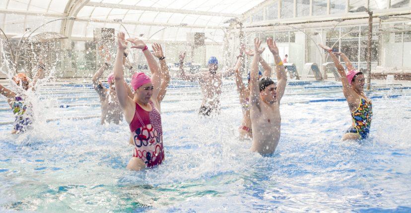 9 maneres per posar-se en forma a la piscina