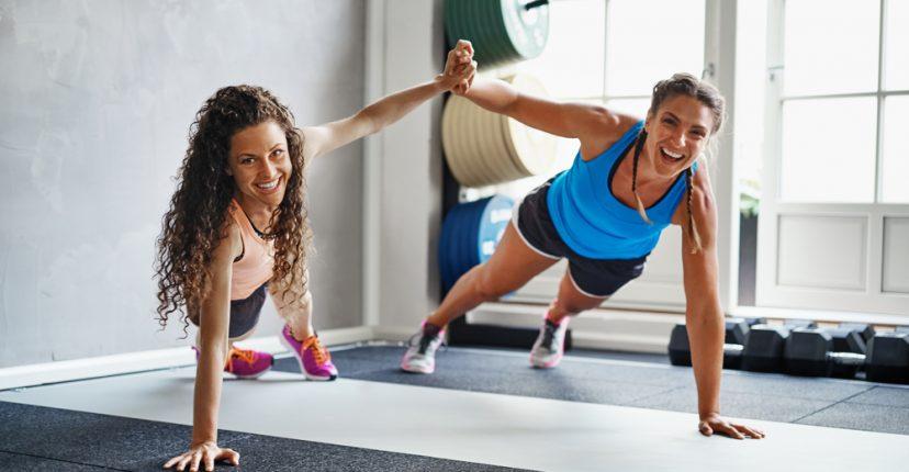 7 ejercicios que puedes hacer con tu compa ero de gimnasio for Gimnasio dir