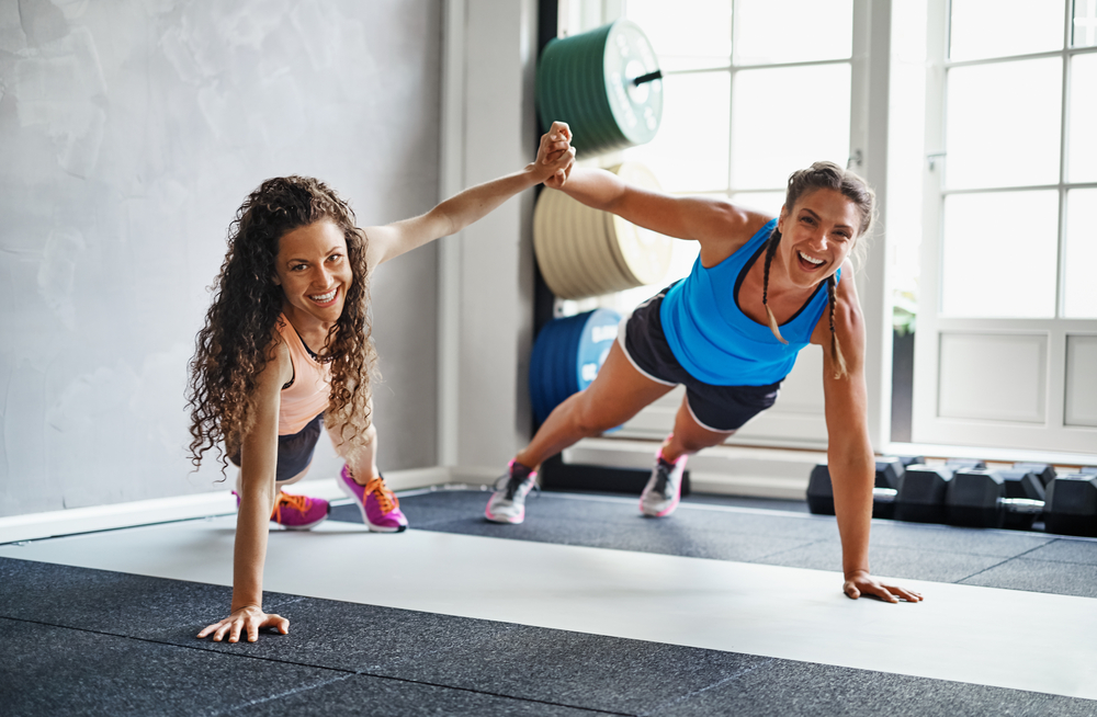 7 ejercicios que puedes hacer con tu compañero de gimnasio
