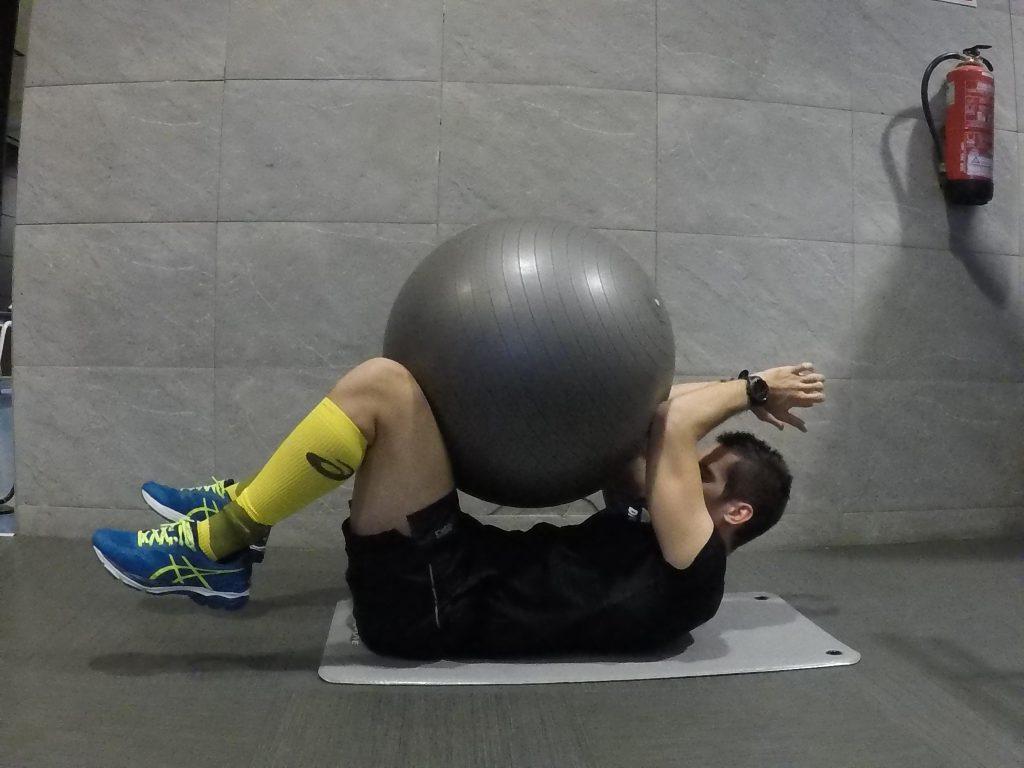 abdominals isomètriques amb fitball
