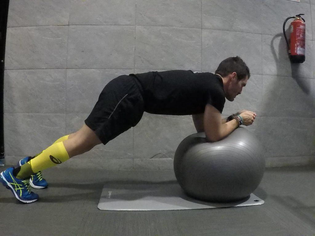 abdominals realitzant una planxa amb fitball