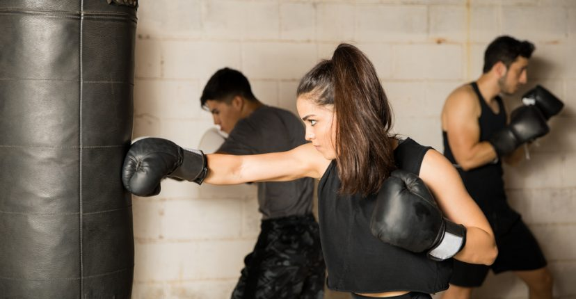 beneficios de golpear un saco de boxeo
