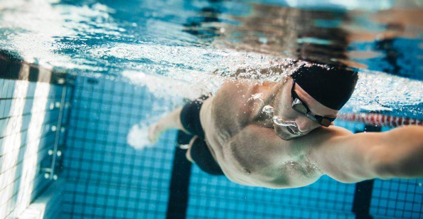 ganar forma física en la piscina