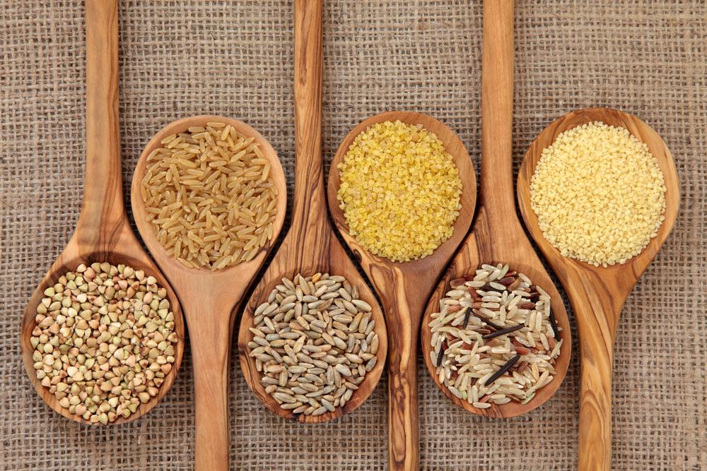 culleres de fusta amb cereals integrals saludables