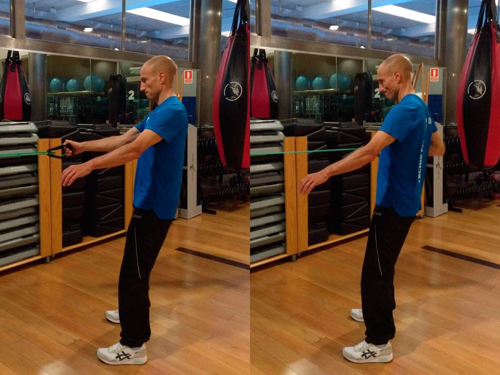 exercici de rem a una ma amb banda elàstica