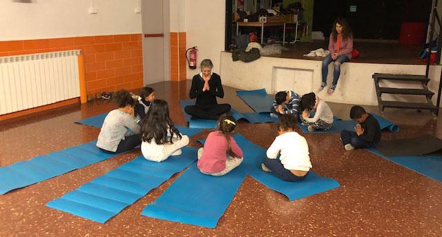 infants meditant en el projecte de yoga for all