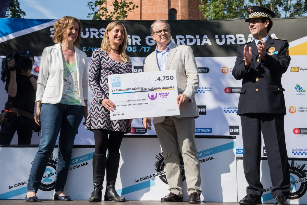 Cursa DiR Guardia Urbana cheque solidario Superar l'Ictus Barcelona