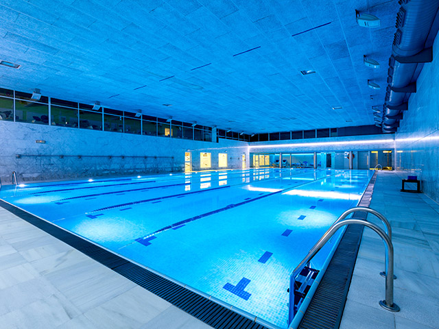 Piscines interiors es gimnasios dir el mejor fitness con for Piscina interior
